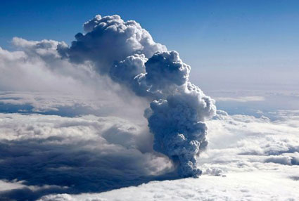 Volcano-ash-cloud-photo